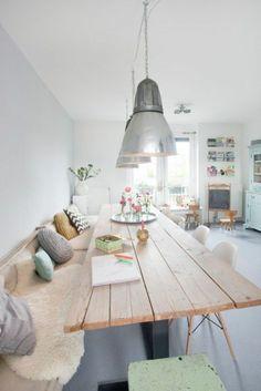 Skandinavisches Esszimmer Modern Gestalten, Bank Mit Vielen Kissen Großer  Tisch, Lampendesign Idee
