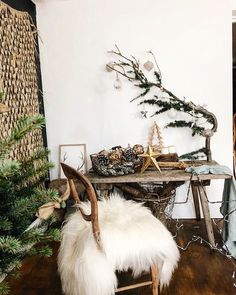 A diy scandi style branch with Christmas baubles x home decor ideas Scandi Christmas Decorations, Diy Christmas Baubles, Christmas Fashion, Christmas 2019, Scandi Home, Scandi Style, Blue Interiors, Yule, Dried Flowers