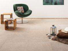 Hochklassige Fliesen in Kalksteinoptik lassen sich mit vielfältigen Möbelstücken kombinieren (Sessel, Kissen: BoConcept Mannheim) – jonastone
