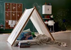 しっかり布が張るまでティピを広げ、中にクッションやマットを引いてお部屋の中に新たな空間をつくれます。シンプルでくつろげるとっておきのプライベート空間です。