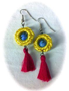 Pendientes con anilla amarilla en croxet, bola cristal turquesa y pompón fucsia en algodón 6,50€