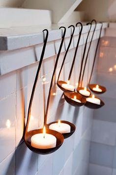 Des bougies chauffe-plats dans des louches en guise de déco lumineuse
