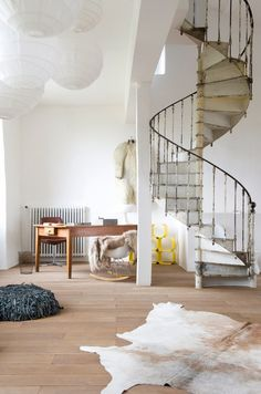 I've always wanted to have a spiral staircase in my house, connecting living areas and bedroom quarters. Interior Exterior, Interior Architecture, Style At Home, Beautiful Space, Beautiful Homes, Beautiful Stairs, Le Logis, Office Workspace, Design Case