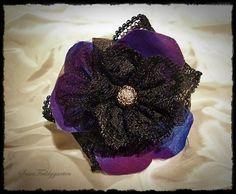 Romantisches Spitzenarmband in Schwarz. Die Blüte besteht aus drei Schichten. Edler Taftstoff, der wunderbar in blau lila changiert, zartem und weiche