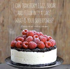 I dag deler jeg for første gang på bloggen oppskriften på kaken som er på forsiden av kakeboken min. Det er en super god kake som ser imponerende ut, men som er veldig enkel å lage. Du trenger ikke stekeovn en gang. Som alle kakene i boken er den blitt testbakt og her ser …