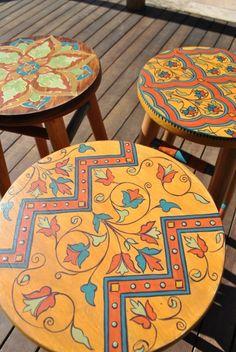 Casa de Retalhos: Arte Amiga ♥ A very special Brazilian blog Painted Table Tops, Hand Painted Stools, Acrylic Bar Stools, Funky Painted Furniture, Furniture Redo, Diy Table Top, Furniture Painting Techniques, Wood Stool, Boho Diy