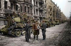 Column of medium tanks T-34-85 in Berlin / Kolumna czołgów średnich T-34-85 w Berlinie