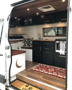 Bild könnte enthalten: 1 Person, Innenbereich Bus Camper, Camper Life, Camper Trailers, Travel Camper, Camping Car, Remodeled Campers, Rv Life, Conversion Van, Small Space