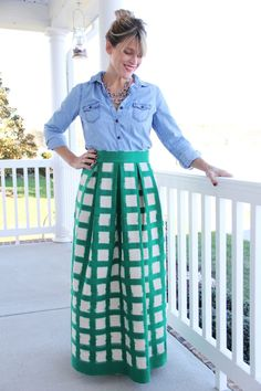 How to sew a pleated maxi skirt, with easy step by step instructions. An easy pleated maxi skirt DIY, perfect for a beginning sewing project for your handmade wardrobe. Sew Maxi Skirts, Diy Maxi Skirt, Maxi Skirt Tutorial, Womens Maxi Skirts, Pleated Maxi, Chiffon Skirt, Girl Skirts, Ribbon Skirts, Crochet Skirts