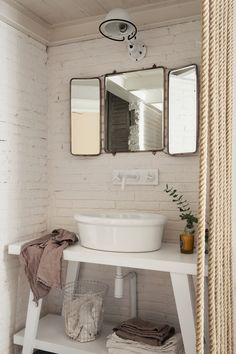 Baño con ladrillo blanco a la vista
