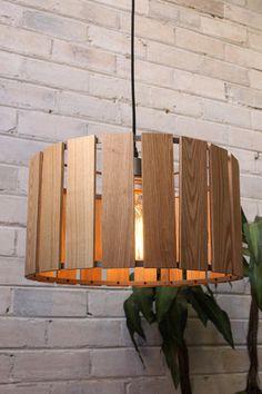 Natural wooden panels on a metal frame - Fat Shack Vintage - Fat Shack Vintage Wooden Lamp, Wooden Diy, Diy Lampe, White Pendant Light, Boutique Deco, Diy Chandelier, Lamp Design, Pendant Design, Wood Trim