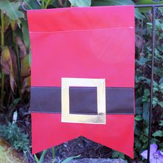 Make a Santa garden flag for your outdoor Christmas decor! Christmas Yard, Christmas Crafts, Xmas, Easy Sewing Projects, Sewing Projects For Beginners, Quick And Easy Crafts, Yard Flags, Outdoor Christmas Decorations, Santa