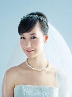 花嫁がウエディングのその日、いちばん輝くために自分らしく、おしゃれなスタイルを目指したいものですよね。幸福感あふれるハッピー・ブライズになれる花嫁ヘアカタログであなたぴったりのヘア・スタイルをみつけてください。今回は、オーセンティック...