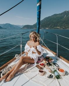 Sail Away ⛵️ Nothing beats the feeling of being out on the water on a hot summer's day ~ especially when you remember to pack snacks! Sailing Outfit, Boating Outfit, Tumblr Fotos Instagram, Yatch Party, Yatch Boat, Catamaran, Cruise Italy, Boat Girl, Yacht Week
