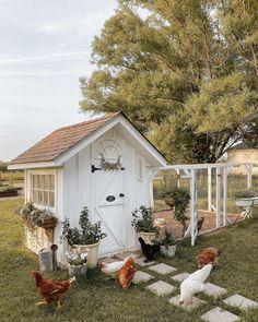 Farmhouse Garden, Shabby Chic Farmhouse, Antique Farmhouse, Farmhouse Homes, Farmhouse Style Decorating, Farmhouse Decor, Cute Chicken Coops, Chicken Coop Decor, Backyard Chicken Coop Plans