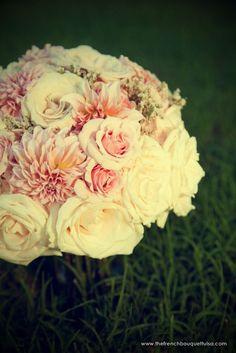 Una boda convencional...: Flores para una novia: dalias
