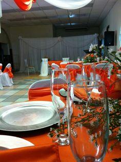 Decoracion con copas #orange #wedding #flowers