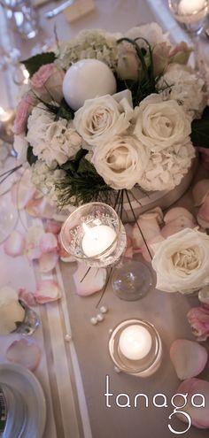 Décoration de #table #mariage classico-romantique, rose blanche, perles crème et touche de ruban gris, coupes bougie cristal par #Tanaga ambiance designer
