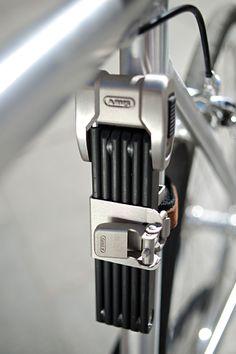 Mit dem neuen Bordo Centium bringt Abus ein Fahrradschloss auf den Markt, welchesnicht nur hohe Sicherheit verspricht, sondernauch optisch überzeugt– und somit ein idealer Partner für hochwertige Fahrräder sein dürfte! BeimBordo Centium von Abus handelt es sich um ein Faltschloss … Weiterlesen