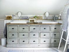 I kjøpmannsdisken fra Home og Cottage er det plass til hele familiens badromsartikler. Her har barna også parkert sine badeleker. Det ble lagt inn ekstra tynne vannrør, slik at skuffene fikk beholde dybden. På grunn av skråtaket er det ikke plass til å montere speil over vaskene, men småspeilene fra Lene Bjerre gjør nytten.