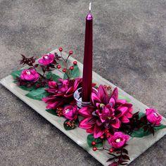 Vánoční+svícen+fuchsiový+na+dřevěném+tácu+Vánoční+svícens+fuchsiovou+kónickou+metalickou+svíčkou+ve+skleněném+svícínku+s+fuchsiovýmijiřinami+a+kvítky+ranunculua+bobulkami+nadřevěném+tácuna+slavnostní+stůl,+na+okno,+polici+nebo+na+komodu.+Rozzáří+každý+interiér.+Celkové+rozměry+svícnu:+cca+d.40+x+š.20+x+v.10+cm+Svíčka+o+průměru2+cm+x... Advent, Table Decorations, Home Decor, Decoration Home, Room Decor, Home Interior Design, Dinner Table Decorations, Home Decoration, Interior Design
