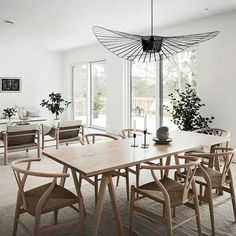 Interior Design Vertigo Chandelier for a Minimalist Light Brown Dining Room with Wishbone chairs, Dining Table Lighting, Dining Table Chairs, Dining Furniture, Plywood Furniture, Furniture Design, Beige Dining Room, Dining Room Design, Home Lighting Design, Dining Room Inspiration