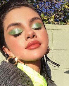 Green Eyeshadow Is A Major Spring Trend Selena Gomez makeup looks Makeup Trends, Makeup Inspo, Makeup Art, Makeup Inspiration, Beauty Trends, Glowy Makeup, Cute Makeup, Pretty Makeup, Eyeshadow Makeup