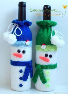 """Снеговик"" вязаный декоративный чехол на бутылку Crochet Christmas Decorations, Snowman Christmas Ornaments, Christmas Crochet Patterns, Christmas Knitting, Diy Christmas Gifts, Handmade Christmas, Crochet Cozy, Crochet Gifts, Wine Bottle Crafts"
