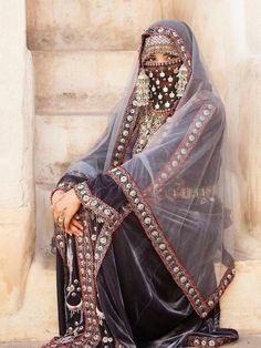 20 Traditional Wedding Dress Styles Around the World Traditional Fashion, Traditional Outfits, Niqab Fashion, Fashion Dresses, Arabian Women, Yennefer Of Vengerberg, Arab Girls, Traditional Wedding Dresses, Folk Costume