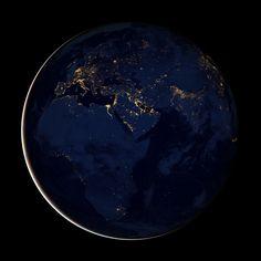 La NASA acaba de publicar una serie de imágenes de la Tierra iluminada por la noche. Black Marble, la canica negra, con unas impresionantes fotografías de 8192 x 8192 que puedes visualizar en tamaño original pinchando en la foto.