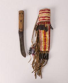 Ножны и нож, Северные Равнины. А. Вышивка иглами, металические конусы. Немаркированный нож длиной 10 дюймов, лезвие 5 дюймов. Ножны 13 дюймов, включая 5 дюймов бахромы. 20 век. Auction In Santa Fe август 2016.