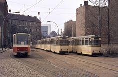 Hackescher Markt, 1976. Sieht fast so aus wie heute. Die 49 fuhr übrigens nach Buchholz, die 71 nach Heinersdorf und die 28 nach Weißensee, aber das nur am Rande.