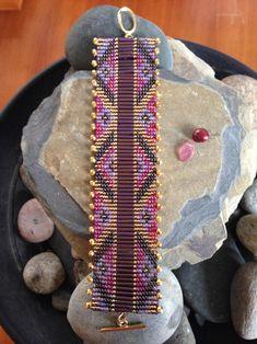 Pulsera Raku Gold Bugle – The World Bead Loom Bracelets, Beaded Bracelet Patterns, Bead Loom Patterns, Woven Bracelets, Beading Patterns, Beading Techniques, Bugle Beads, Bead Crochet, Loom Beading
