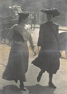 Photo taken on the streets of London by Punch cartoonist Linley Sambourne, 1905