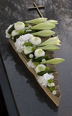 Funeral work - Moniek Vanden Berghe - Page 2 - Floristics popular floral forum Deco Floral, Arte Floral, Floral Design, Casket Flowers, Funeral Flowers, Grave Decorations, Flower Decorations, Funeral Sprays, Modern Flower Arrangements