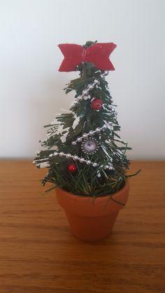Kerstboom voor het poppenhuis.