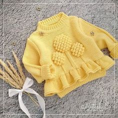 No photo description available. Crochet Baby Cardigan, Knit Baby Sweaters, Crochet Baby Clothes, Girls Sweaters, Crochet Dresses, Baby Boy Knitting Patterns Free, Baby Girl Dress Patterns, Knitting For Kids, Baby Dress