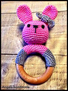 Gehaakte rammelaar konijntje met houten ring. #crochet bunny rattle with wooden ring