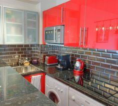 Carreaux metro argent pour la crédence de la cuisine >> http://homelisty.com/carrelage-metro