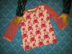Shirt aus der zwergenverpackung 1 in 62/68 zur Geburt eines kleinen Mädchens mit angenähten Bündchen für den Herbst. ♡♥♡ Die linelotte wollte beim fotografieren helfen. ;-) ☆★☆ genäht von Sarah D.