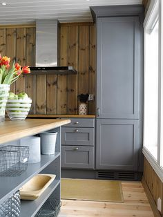 Vinkelkjøkken malt i heldekkende grått (Sort Pepper), med gråpatinert benkeplate i eik. Kjøkkenet har en minimalistisk fremtoning, der mye av oppbevaringsfunksjonene er lagt til store skuffer. En a… Grey Cabinets, Kitchen Cabinets, Log Cabin Kitchens, Modern Lodge, Building A Cabin, Cozy Cabin, Log Homes, Kitchen And Bath, Home Decor Inspiration
