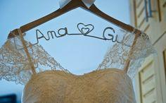 Utilizado para pendurar o vestido da noiva, esse lindo cabide de madeira vem o com o nome dos noivos personalizados em arame e um elegante laço de cetim.