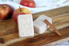 Making this Apple Cinnamon Oatmeal Soap only takes a few minutes, but makes a wonderful gift that looks carefully crafted. It is a great beginner soap making project. Apple Cinnamon Oatmeal, Oatmeal Soap, Cinnamon Apples, Diy Beauté, Easy Diy, Diy Crafts, Creative Crafts, Handmade Soap Recipes, Handmade Soaps