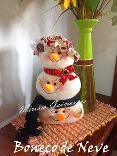 Olá meninas!!!   Estas peças Prendedor de Cortina Papai Noel e Boneco de Neve de minha autoria, estão fazendo o maior sucesso no meu Facebo...
