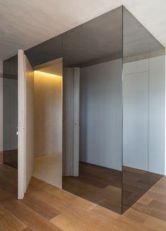 Estantes e portas 'camufladas' dão identidade à reforma de apê com 320 m²