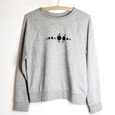 DIY Sweatshirt mit Planeten Print | Solar system | Sonnensystem | Do it yourself Mode Fashion | Tutorial | Idee | Anleitung | Planets Sweater | Pullover | Shirt | Symbol | Earth | Galaxy | Basteln | Bemalen | clothing ideas | no sew | ohne nähen | easy | auf Stoff malen | textil painting