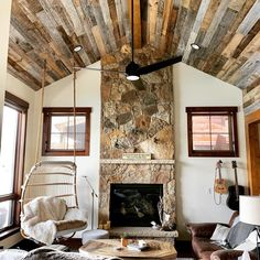 Log Cabin Living, Log Cabin Homes, Log Cabin Bedrooms, Cabin Style Homes, Barn Siding, Wood Siding, Mountain Home Interiors, Barn House Interiors, Small Cottage Interiors