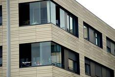 Schiebewand Glas Balkone für eine bessere Nutzung deines Balkons! Die wunderschöne Sunflex Verglasungen lassen sich leicht und komfortabel öffnen und schließen! #Schiebeverglasung #Glasschiebetüren #Balkonverglasungen Style At Home, Garage Doors, Multi Story Building, Mansions, House Styles, Outdoor Decor, Home Decor, Rooftop Deck, Balcony