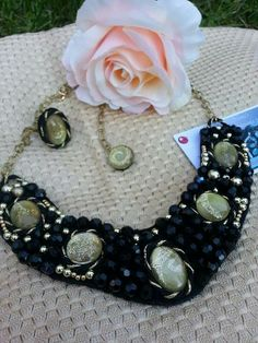 CHAMPAN  Conjunto de collar y anillo , piezas unicas hechas a mano , con cristal decorado y perlas facetadas.