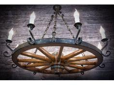 Żyrandol z koła drewnianego do dużych altan ogrodowych. Posiada 9 żarówek przez co doskonale oświetla pomieszczenie i wprowadza klimatyczny nastrój.